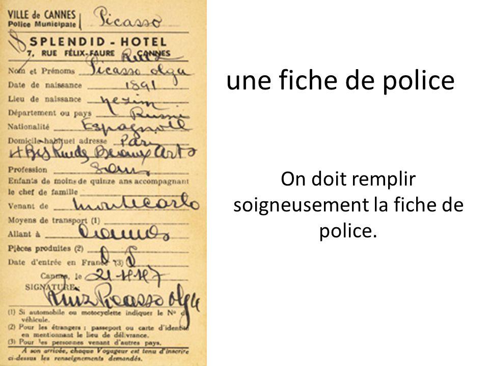 On doit remplir soigneusement la fiche de police.
