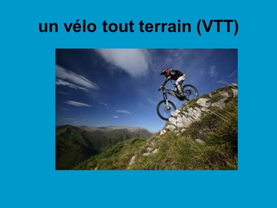 un vélo tout terrain (VTT)