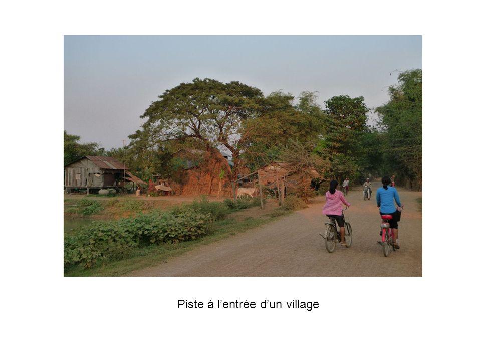 Piste à l'entrée d'un village