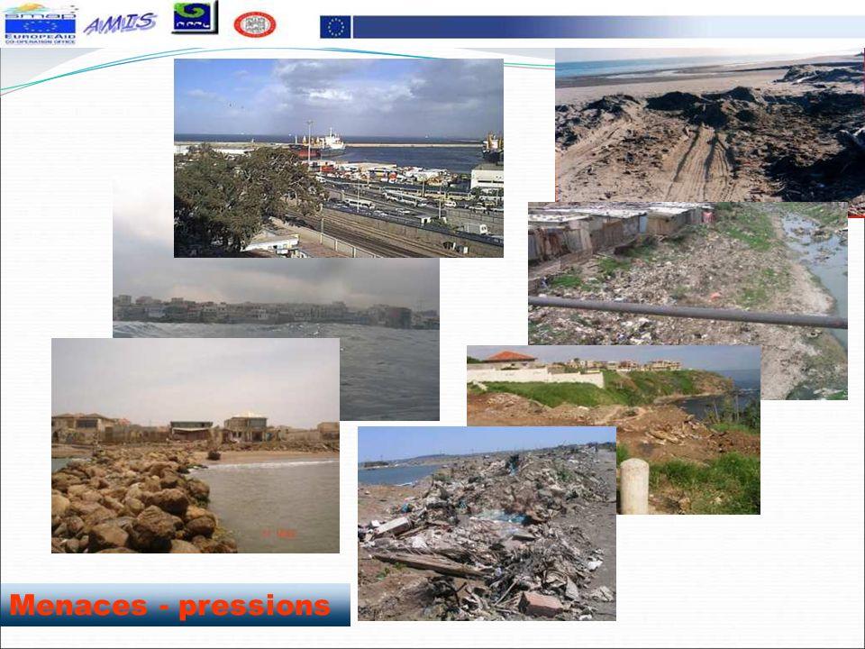 Déchets de gravats à même le rivage (bateau cassé, baie d'Alger)