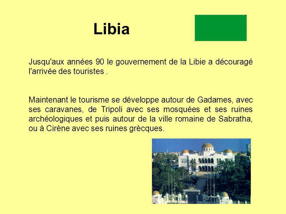 Libia Jusqu aux années 90 le gouvernement de la Libie a découragé l arrivée des touristes .