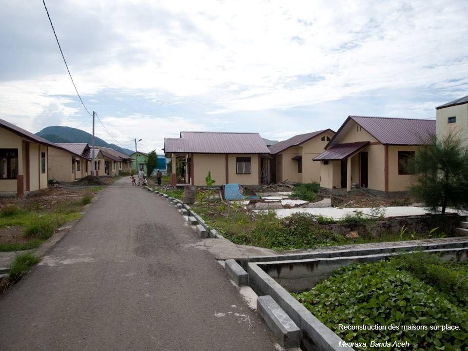 Reconstruction des maisons sur place.