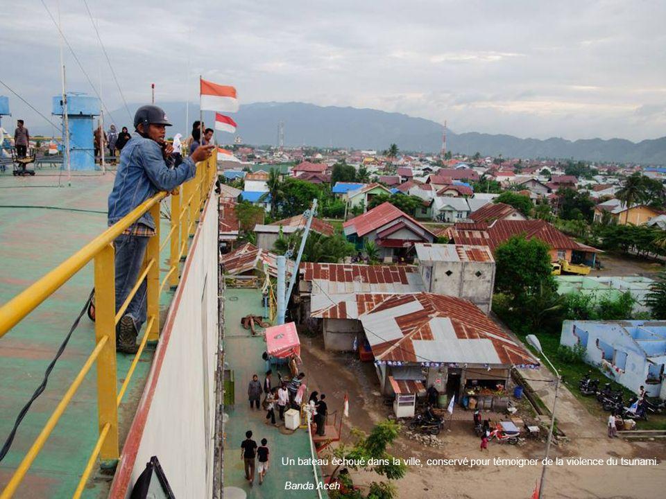 Un bateau échoué dans la ville, conservé pour témoigner de la violence du tsunami.