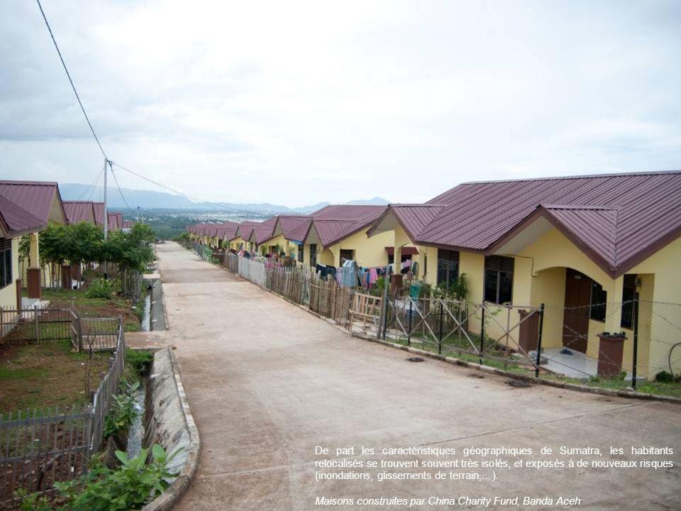 De part les caractéristiques géographiques de Sumatra, les habitants relocalisés se trouvent souvent très isolés, et exposés à de nouveaux risques (inondations, glissements de terrain,…).