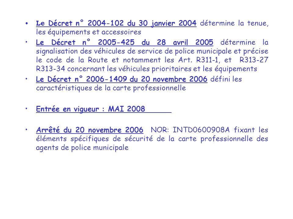 Le Décret n° 2004-102 du 30 janvier 2004 détermine la tenue, les équipements et accessoires