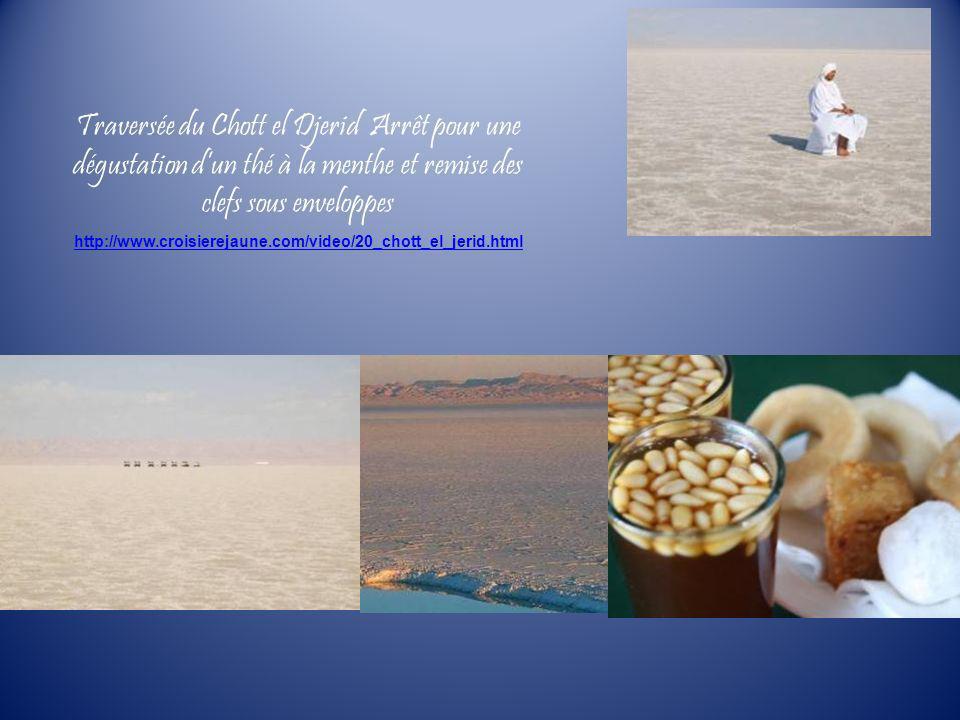 Traversée du Chott el Djerid Arrêt pour une dégustation d'un thé à la menthe et remise des clefs sous enveloppes