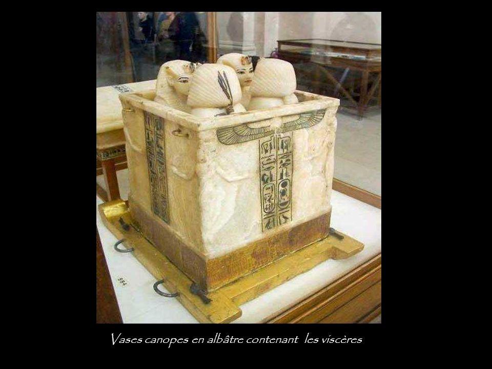 Vases canopes en albâtre contenant les viscères