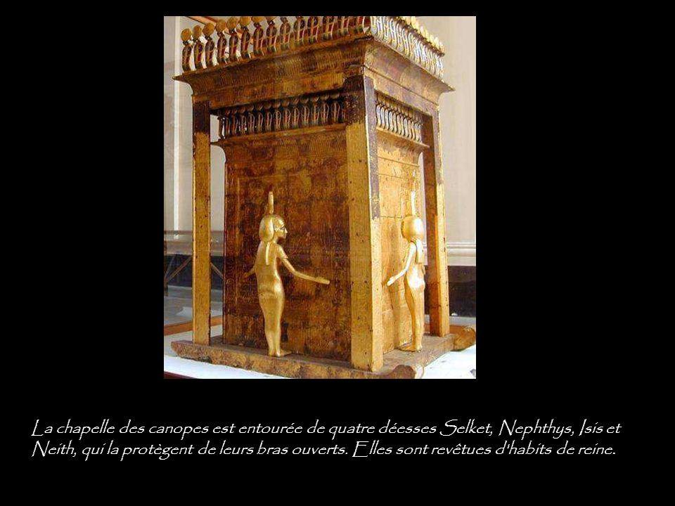 La chapelle des canopes est entourée de quatre déesses Selket, Nephthys, Isis et Neith, qui la protègent de leurs bras ouverts.