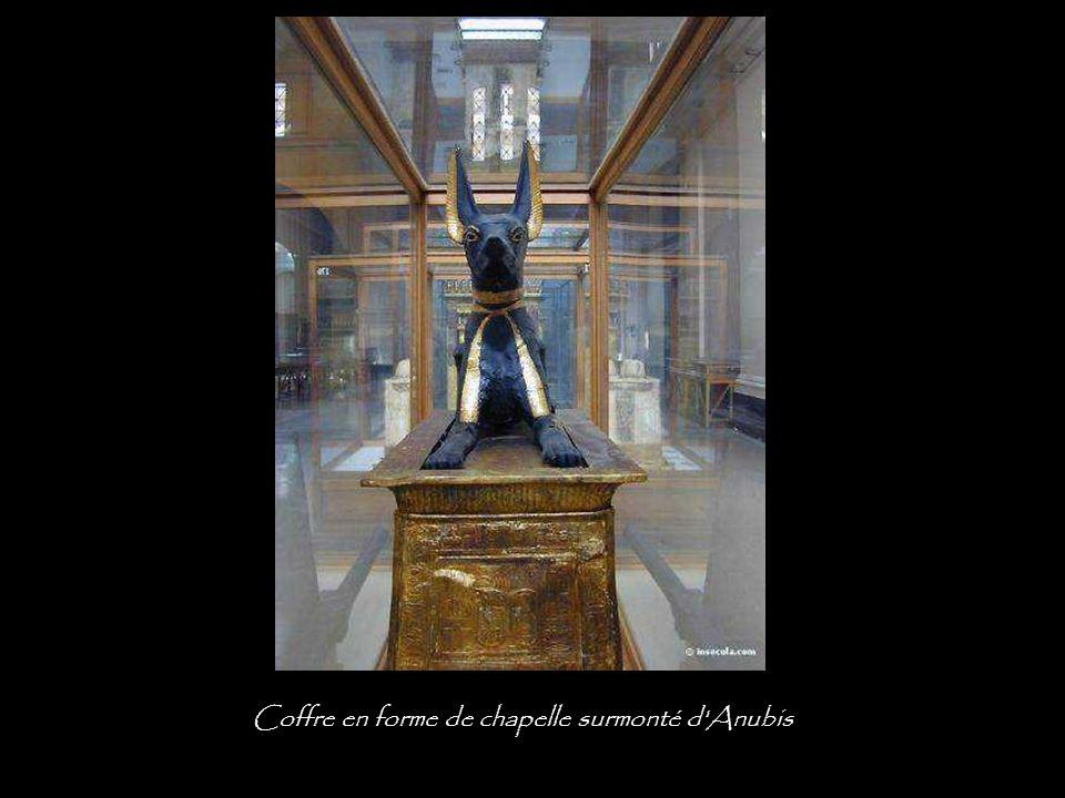 Coffre en forme de chapelle surmonté d Anubis