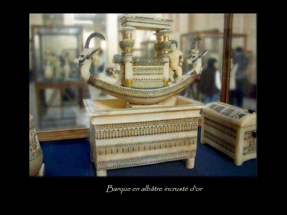 Barque en albâtre incrusté d'or