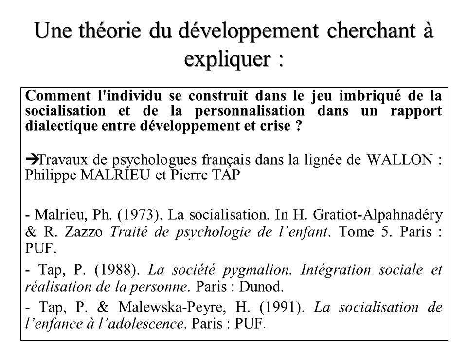 Une théorie du développement cherchant à expliquer :