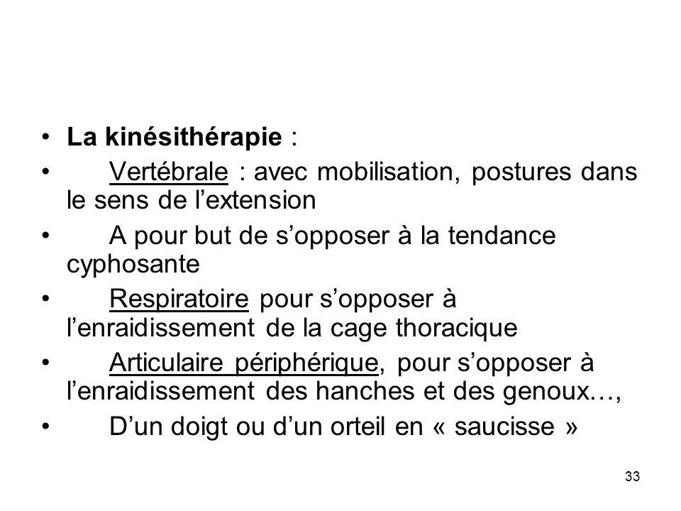 La kinésithérapie : Vertébrale : avec mobilisation, postures dans le sens de l'extension. A pour but de s'opposer à la tendance cyphosante.
