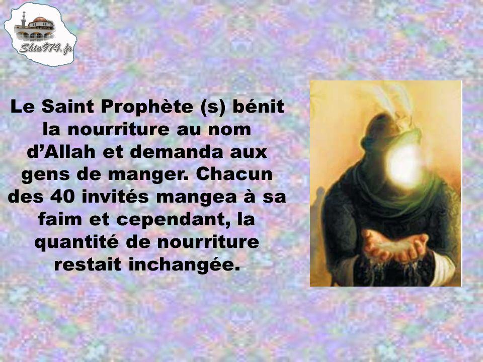 Le Saint Prophète (s) bénit la nourriture au nom d'Allah et demanda aux gens de manger.