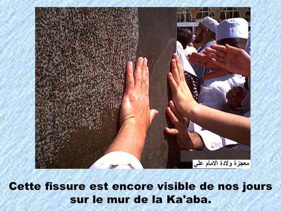 Cette fissure est encore visible de nos jours sur le mur de la Ka aba.