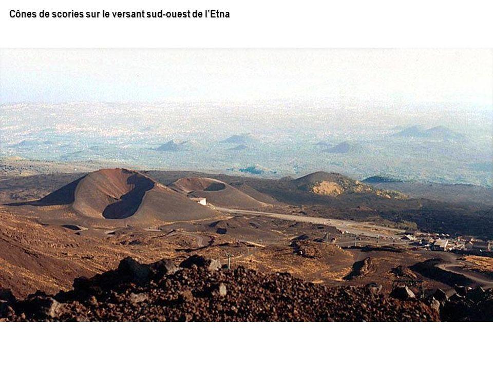 Cônes de scories sur le versant sud-ouest de l'Etna