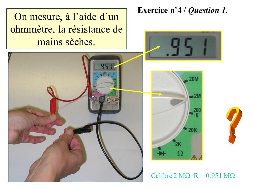 On mesure, à l'aide d'un ohmmètre, la résistance de mains sèches.