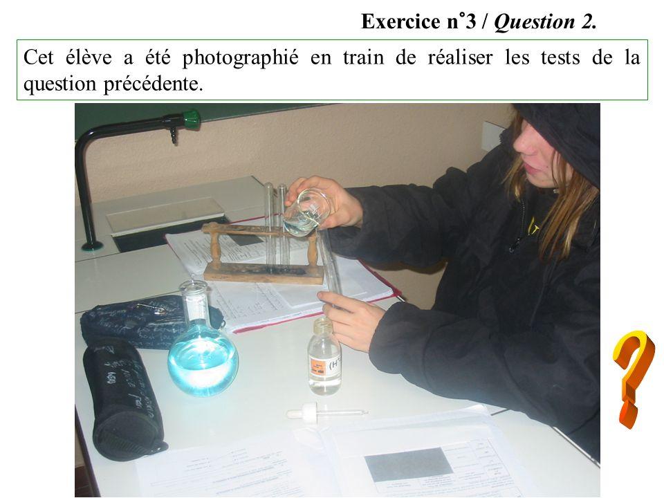 Exercice n°3 / Question 2.Cet élève a été photographié en train de réaliser les tests de la question précédente.