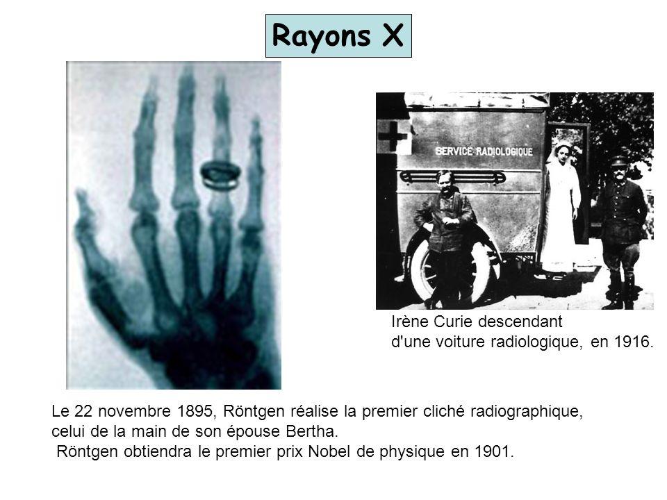 Rayons X Irène Curie descendant d une voiture radiologique, en 1916.