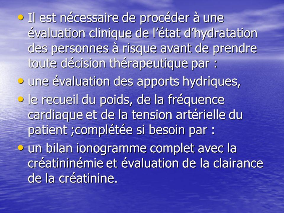 Il est nécessaire de procéder à une évaluation clinique de l'état d'hydratation des personnes à risque avant de prendre toute décision thérapeutique par :