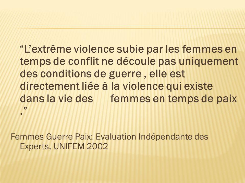 L'extrême violence subie par les femmes en temps de conflit ne découle pas uniquement des conditions de guerre , elle est directement liée à la violence qui existe dans la vie des femmes en temps de paix .