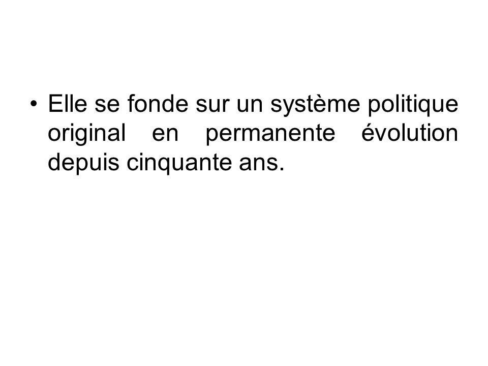 Elle se fonde sur un système politique original en permanente évolution depuis cinquante ans.