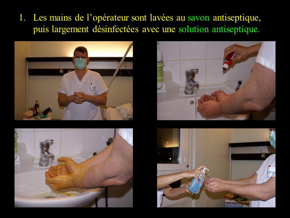 Les mains de l'opérateur sont lavées au savon antiseptique, puis largement désinfectées avec une solution antiseptique.