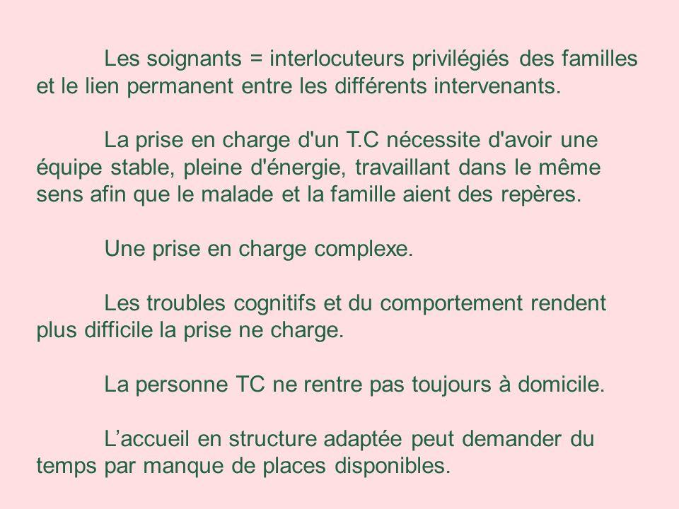 Les soignants = interlocuteurs privilégiés des familles et le lien permanent entre les différents intervenants.