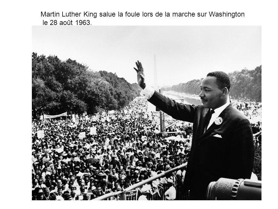 Martin Luther King salue la foule lors de la marche sur Washington