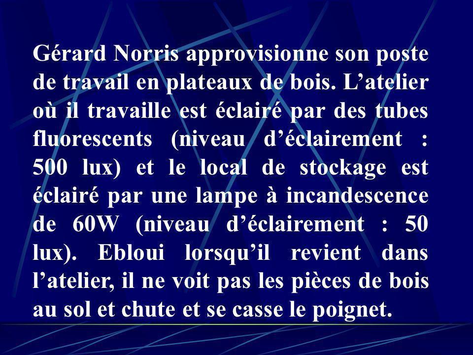 Gérard Norris approvisionne son poste de travail en plateaux de bois