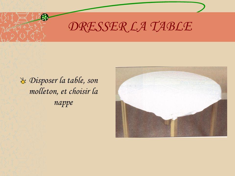 Disposer la table, son molleton, et choisir la nappe