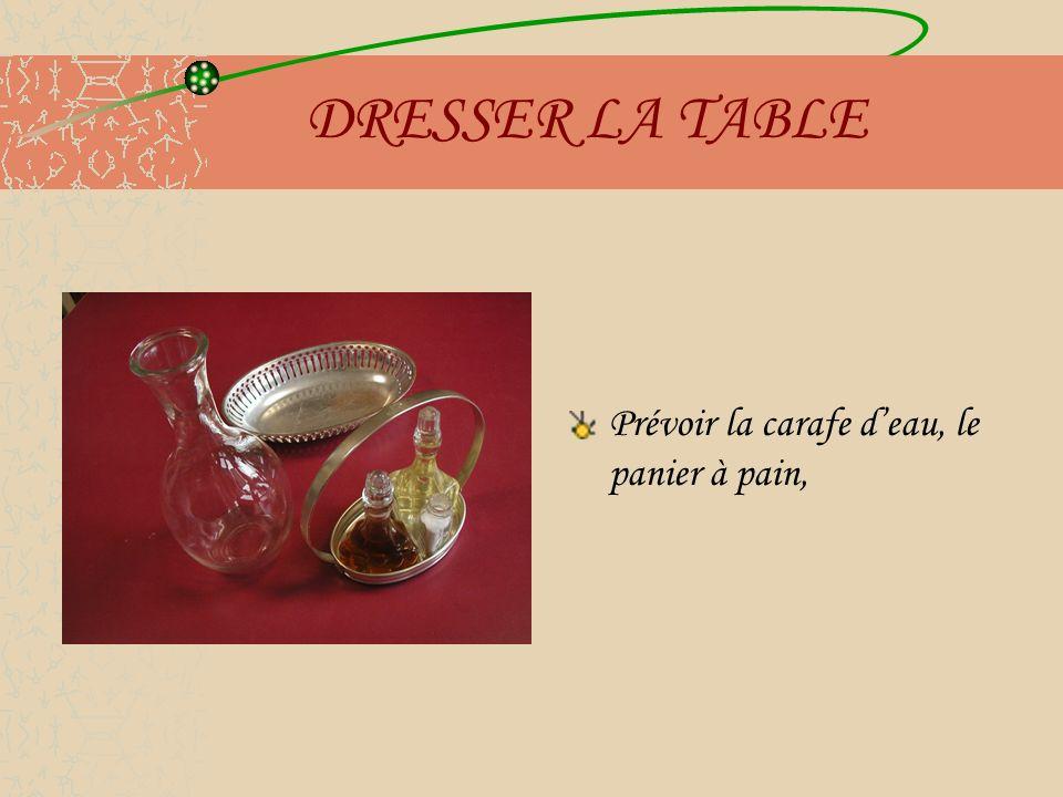 DRESSER LA TABLE Prévoir la carafe d'eau, le panier à pain,