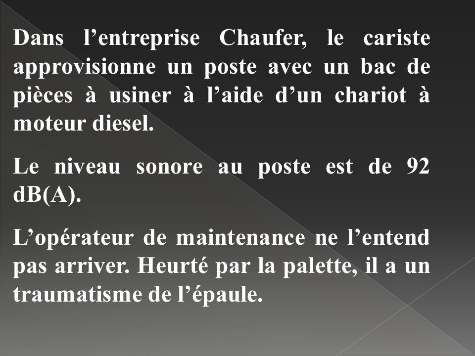 Dans l'entreprise Chaufer, le cariste approvisionne un poste avec un bac de pièces à usiner à l'aide d'un chariot à moteur diesel.