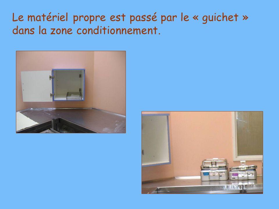 Le matériel propre est passé par le « guichet » dans la zone conditionnement.