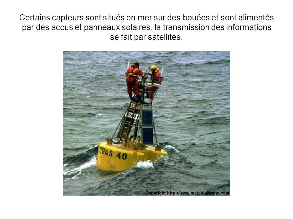 Certains capteurs sont situés en mer sur des bouées et sont alimentés par des accus et panneaux solaires, la transmission des informations se fait par satellites.