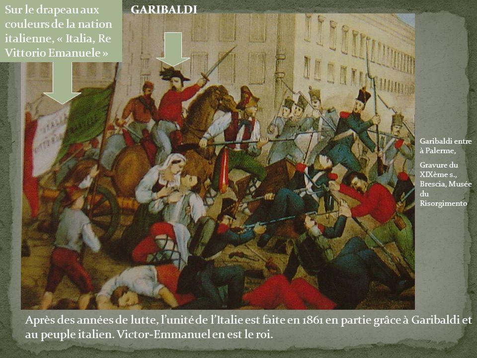 Sur le drapeau aux couleurs de la nation italienne, « Italia, Re Vittorio Emanuele »