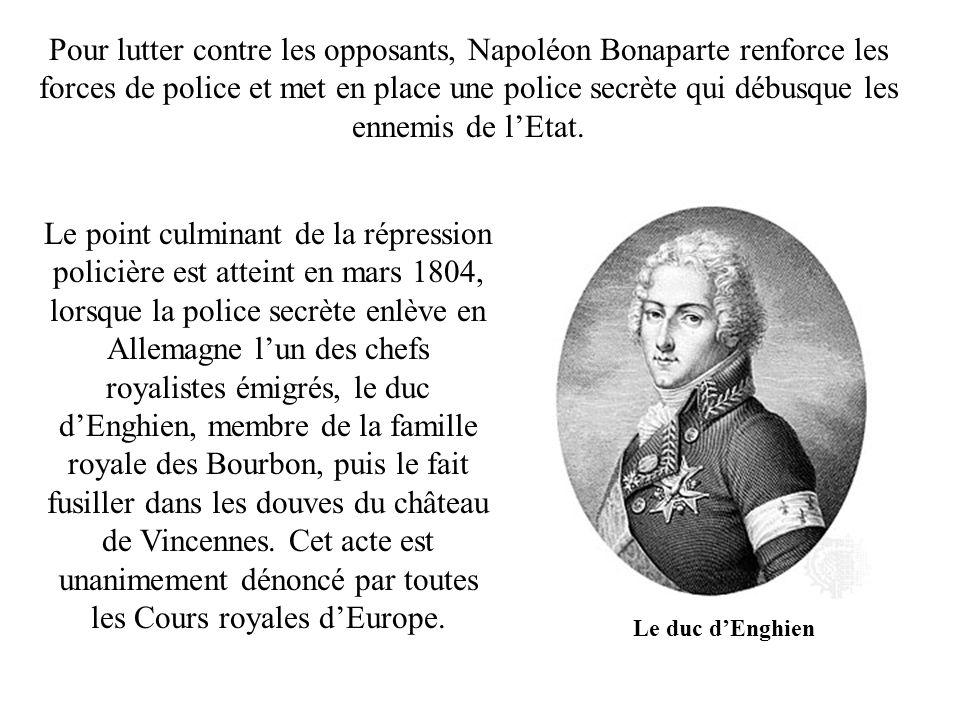 Pour lutter contre les opposants, Napoléon Bonaparte renforce les forces de police et met en place une police secrète qui débusque les ennemis de l'Etat.