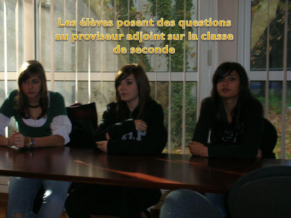Les élèves posent des questions au proviseur adjoint sur la classe de seconde