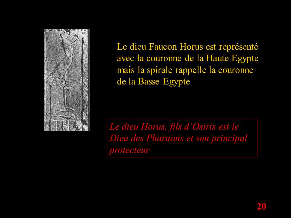 Le dieu Faucon Horus est représenté avec la couronne de la Haute Egypte mais la spirale rappelle la couronne de la Basse Egypte
