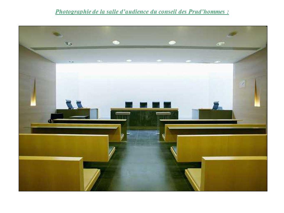 Photographie de la salle d'audience du conseil des Prud'hommes :
