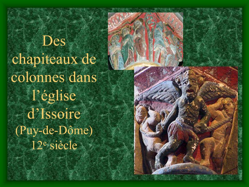 Des chapiteaux de colonnes dans l'église d'Issoire (Puy-de-Dôme) 12e siècle