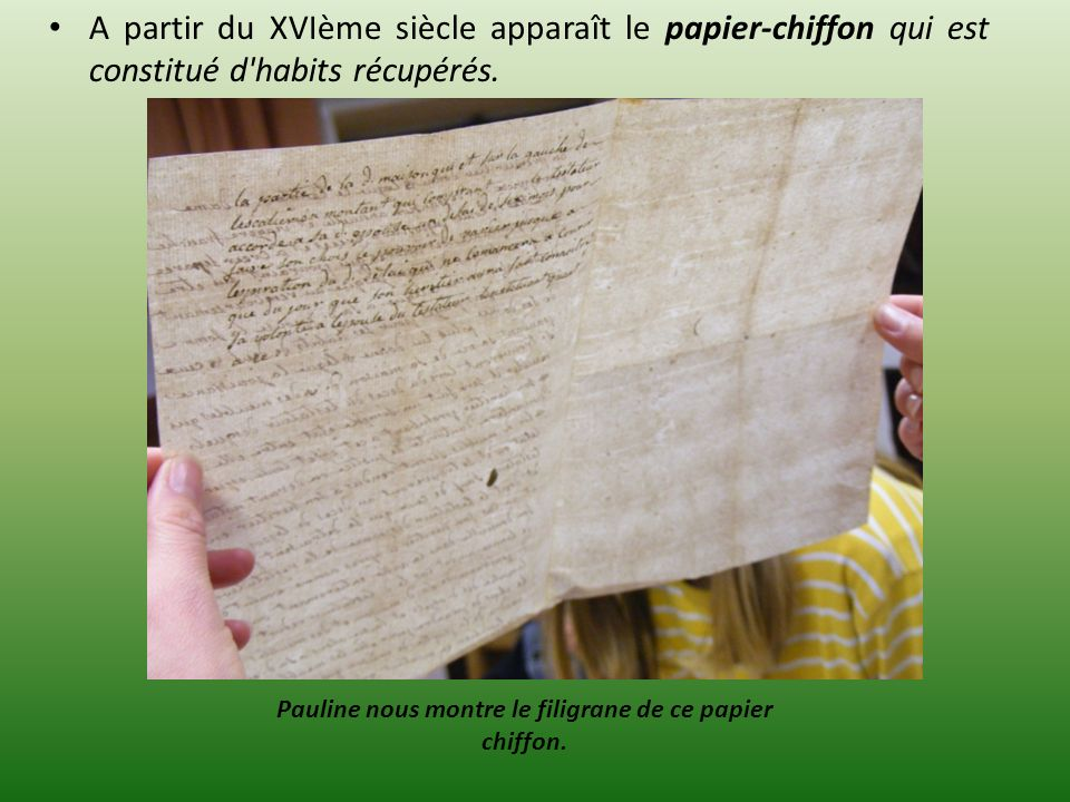 Pauline nous montre le filigrane de ce papier chiffon.