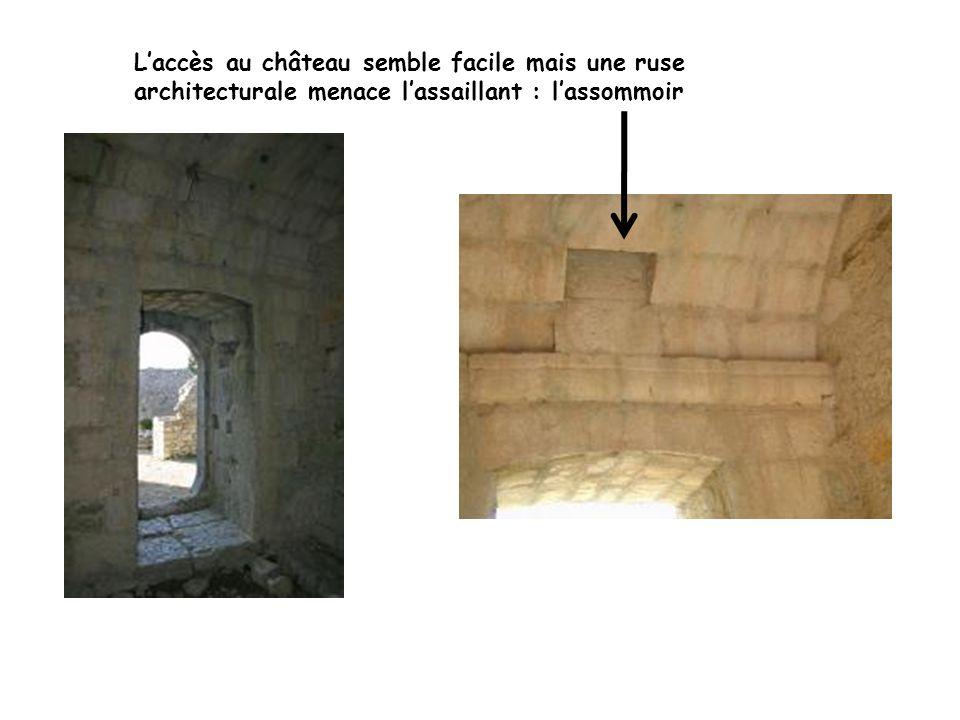 L'accès au château semble facile mais une ruse architecturale menace l'assaillant : l'assommoir