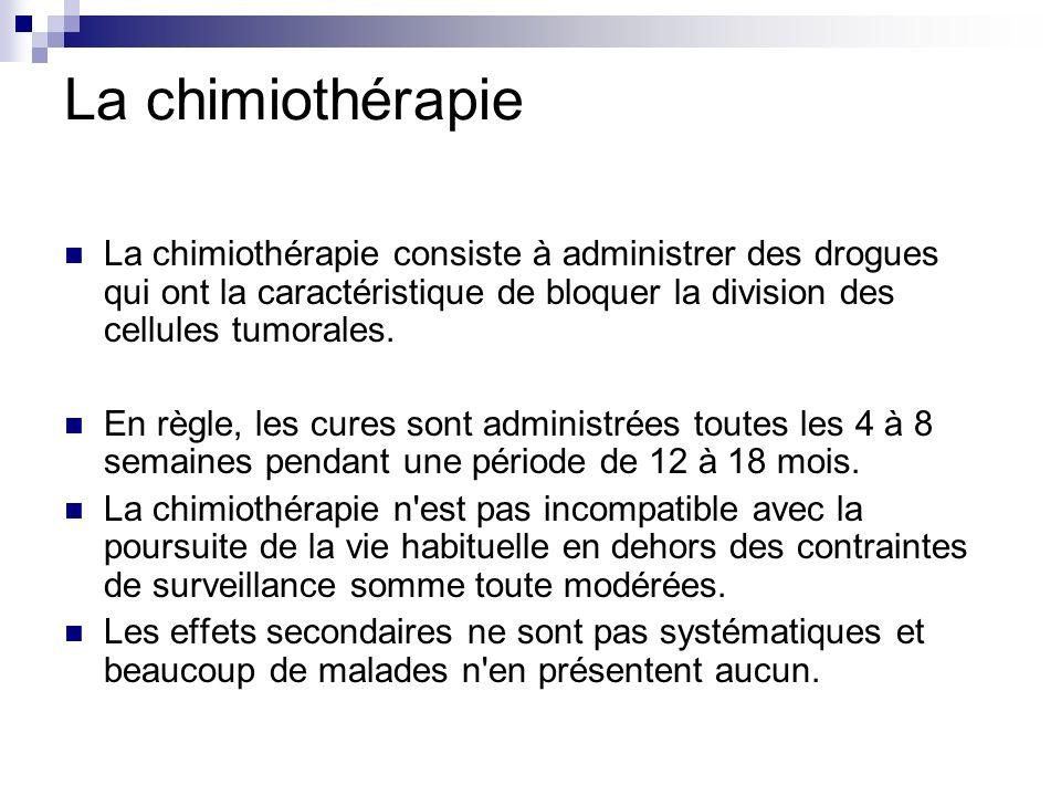 La chimiothérapie La chimiothérapie consiste à administrer des drogues qui ont la caractéristique de bloquer la division des cellules tumorales.