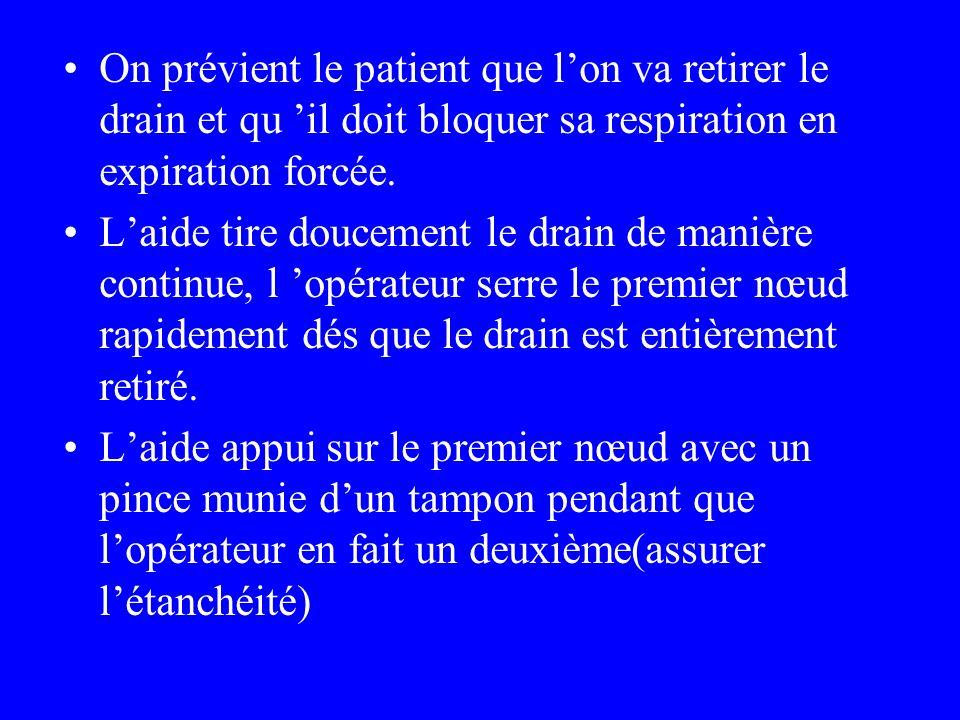 On prévient le patient que l'on va retirer le drain et qu 'il doit bloquer sa respiration en expiration forcée.