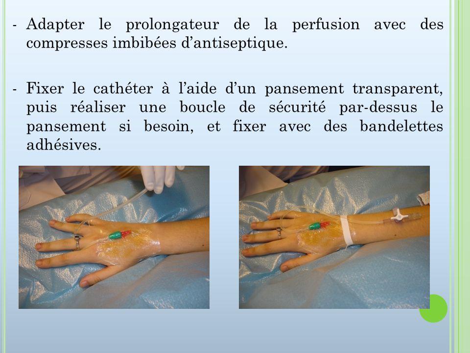 - Adapter le prolongateur de la perfusion avec des compresses imbibées d'antiseptique.