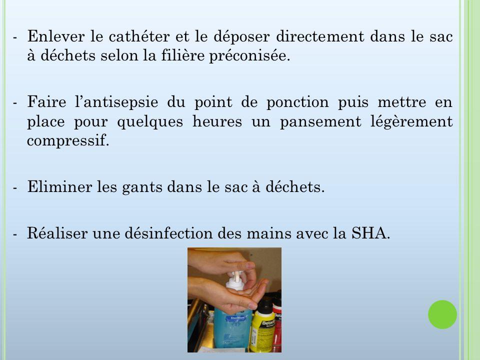 - Enlever le cathéter et le déposer directement dans le sac à déchets selon la filière préconisée.