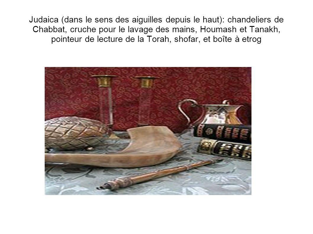 Judaica (dans le sens des aiguilles depuis le haut): chandeliers de Chabbat, cruche pour le lavage des mains, Houmash et Tanakh, pointeur de lecture de la Torah, shofar, et boîte à etrog