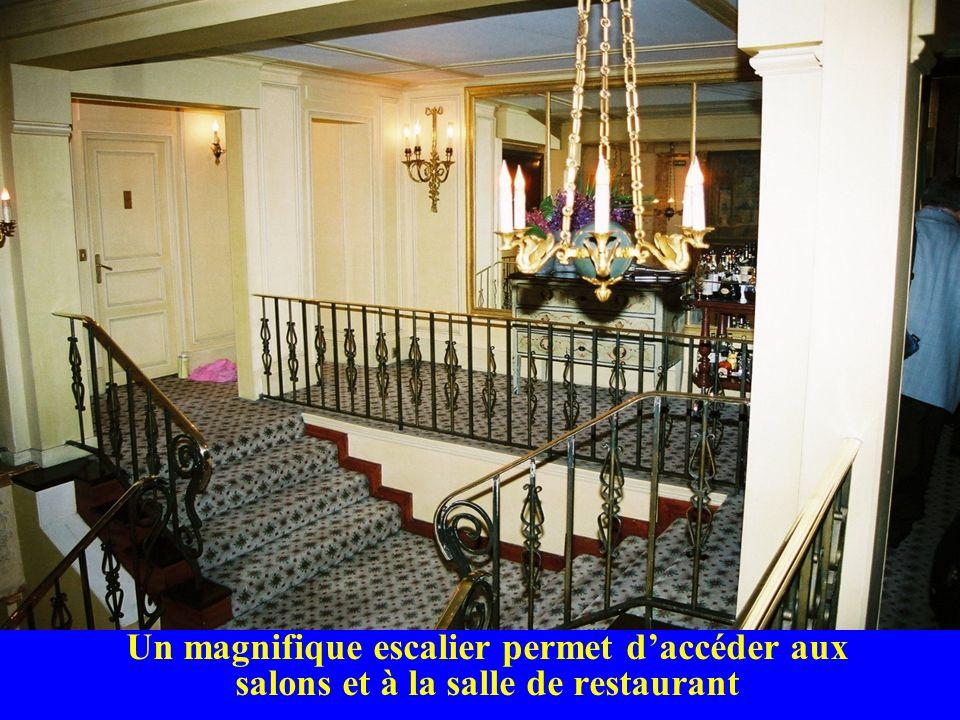 Un magnifique escalier permet d'accéder aux salons et à la salle de restaurant