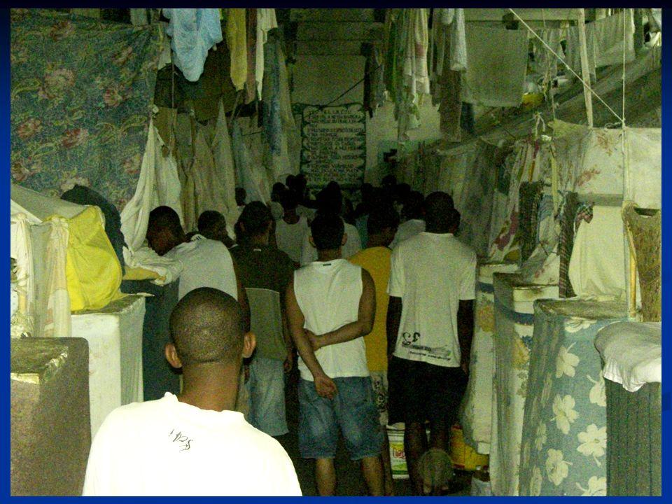 Nossas prisões! Diapo 3. Les prisons sont des lieux favorisant la transmission de la tuberculose car elle sont :
