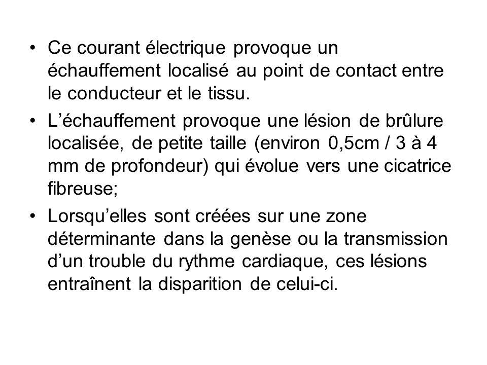 Ce courant électrique provoque un échauffement localisé au point de contact entre le conducteur et le tissu.